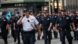 Eine Gruppe Polizisten geht während einer Demo auf der Fifth Avenue in New York auf der Straße