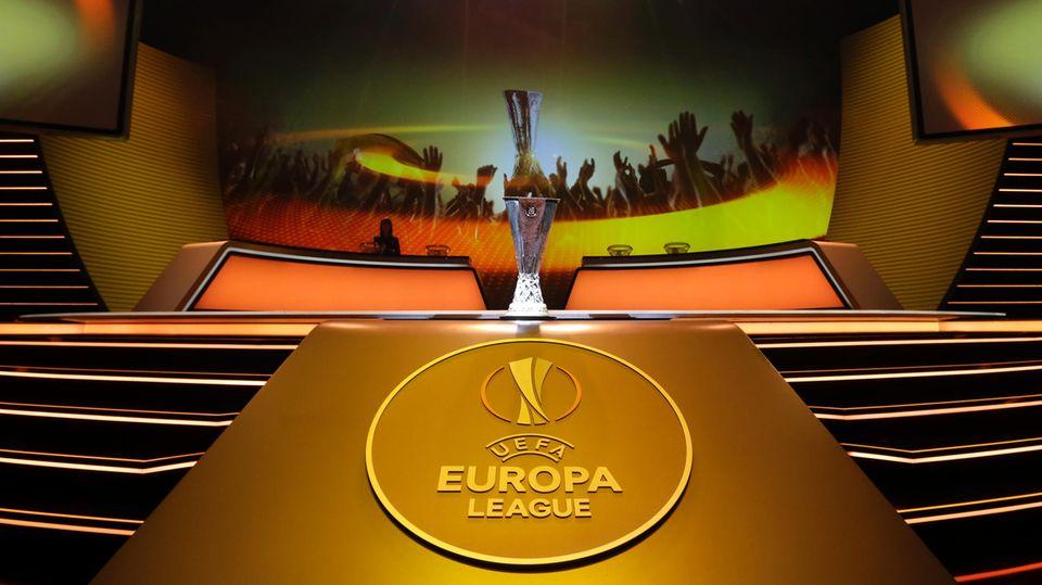 Der Pokal der UEFA Europa League wird bei der Gruppen-Auslosung ausgestellt