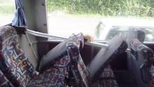 Stange einer Hähnchenbude bohrt sich in Linienbus