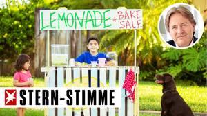 Sehr junger Geschäftsmann mit Limonadenstand