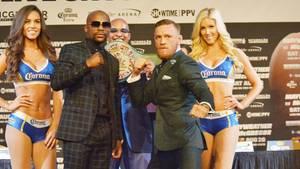 Zu sehen sind der Boxer Floyd Mayweather und MMA-Fighter Conor McGregor