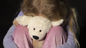 """In dem Buch """"Das Inzest-Tagebuch"""" schreibt eine Tochter anonym über den jahrelangen Missbrauch durch den Vater (Symbolbild)"""