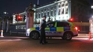 Mann mit Schwert vor Buckingham-Palast: Anti-Terror-Einheit ermittelt