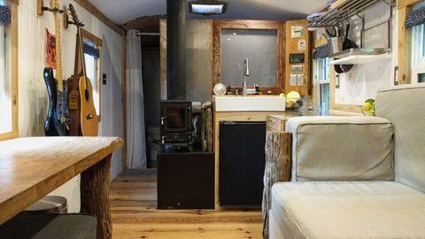 Blick auf die Küchenzeile und den zentralen Ofen