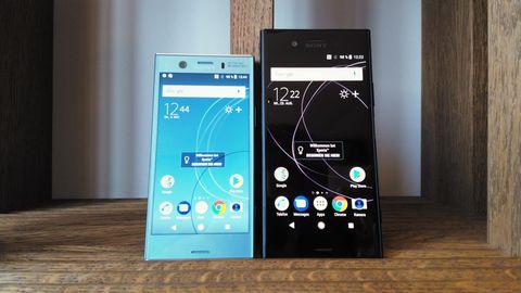 Sony Xperia XZ1 und XZ1 Compact stehen nebeneinander in einem Regal