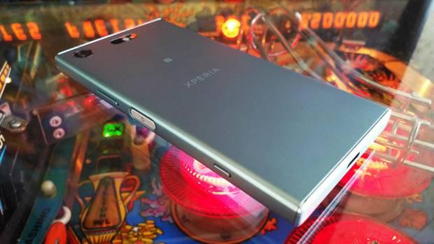 Das Sony Xperia XZ1 Compact liegt auf einem Flipper