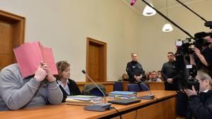 Krankenpfleger Niels H. (l.)  im Jahr 2015 auf  der Anklagebank im Landgericht Oldenburg