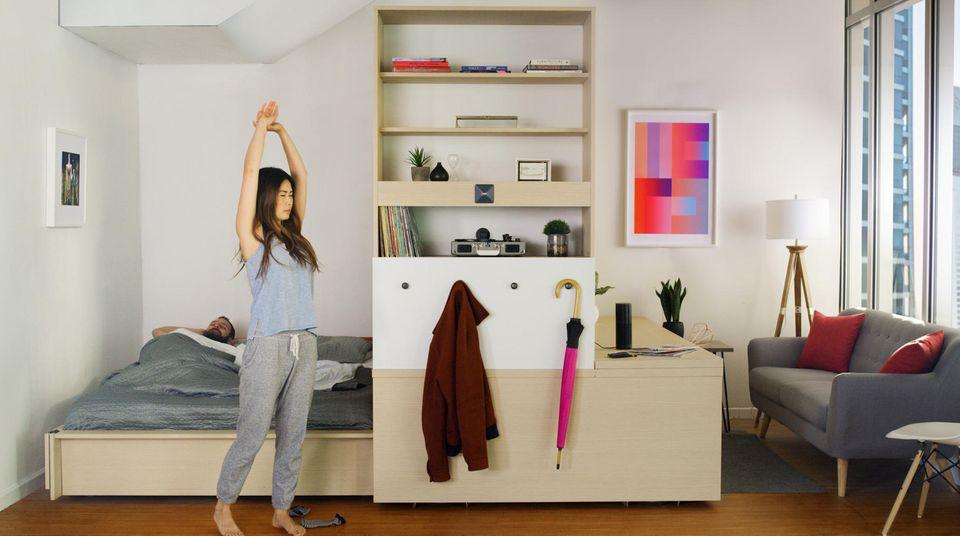 Die Schattenseite des Silicon Valley sind explodierende Mietpreise, 3000 US-Dollar kostet mittlerweile eine Zweizimmer-Wohnung. Béhar arbeitet mit seinem 75-köpfigen Team von Fuseproject an automatisiertem Mobiliar für Micro-Appartments: Dieser motorisierte Schrank zieht per Knopfdruck das Bett ein, rollt nach links und lässt so genug Fläche, um Gäste zu empfangen.