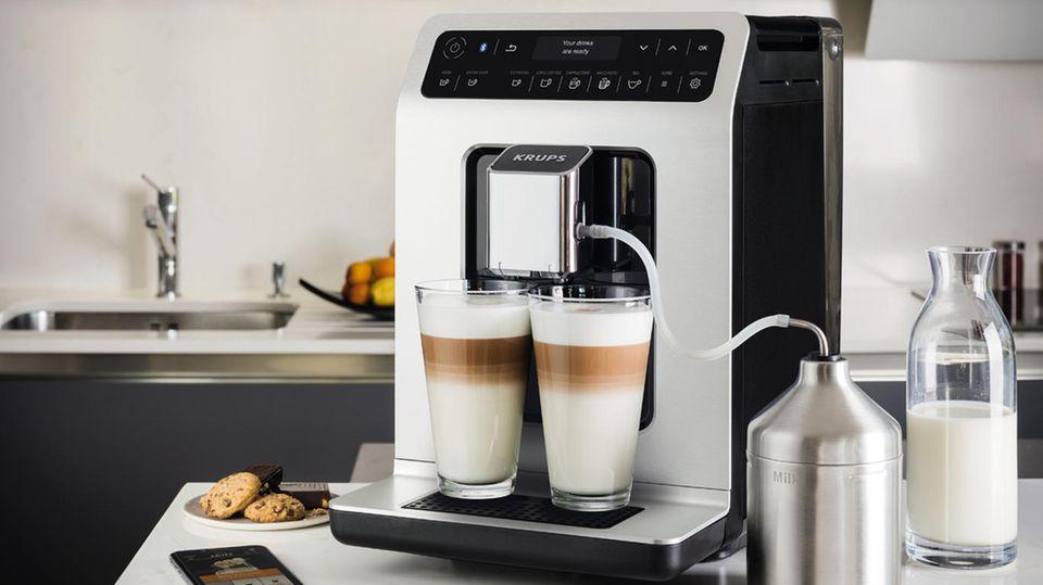 """Krups Evidence  Der Krups Evidence bietet die Wahl zwischen zwölf verschiedenen Kaffeespezialitäten. Die One-Touch-Cappuccino-Funktion serviert auf Knopfdruck einen Kaffee mit perfektem Milchschaum, durch die Doppel-Funktion lassen sich sogar zwei Cappuccino auf einmal zubereiten. Und wenn ein Extra-Wachmacher gewünscht ist, kann über die Funktion """"Extra Shot"""" zu jedem Getränk ein zusätzlicher Schuss Espresso ausgewählt werden. Über die Funktion """"Dark"""" wird dieser gleich extra-stark zubereitet."""