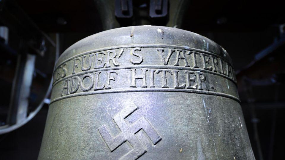 """Die """"Hitler-Glocke"""" hängt seit 1934 im Turm der evangelischen Jakobskirche in Herxheim am Berg (Rheinland-Pfalz) und trägt ein Hakenkreuz sowie die Aufschrift """"Alles fuer's Vaterland - Adolf Hitler""""."""