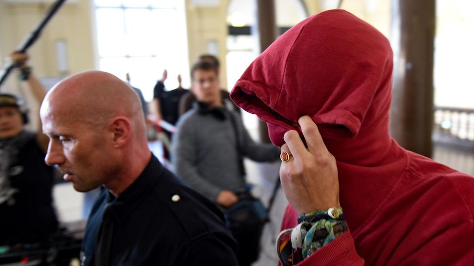 Der 21-jährige Angeklagte auf dem Weg in den Gerichtssaal. Wenig später fiel das erste Urteil nach den G20-Krawallen in Hamburg.