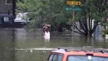 Mann in Houston bis Hüfte im Wasser nach Hurricane Harvey - US-Wetterdienst braucht für Fluten zusätzliche Farben