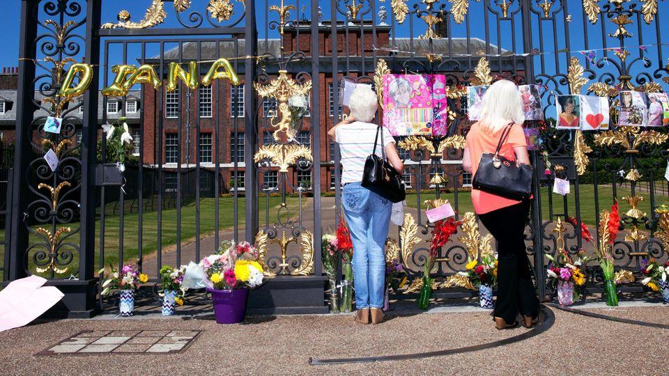 In stillem Gedenken. Blumen vor dem Kensington Palace, in dem sie lebte, nach wie vor Wohnsitz ihrer Söhne