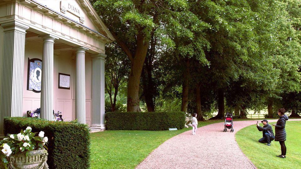 Monument und monumentale Verehrer: der Diana-Tempel auf dem Althorp Estate