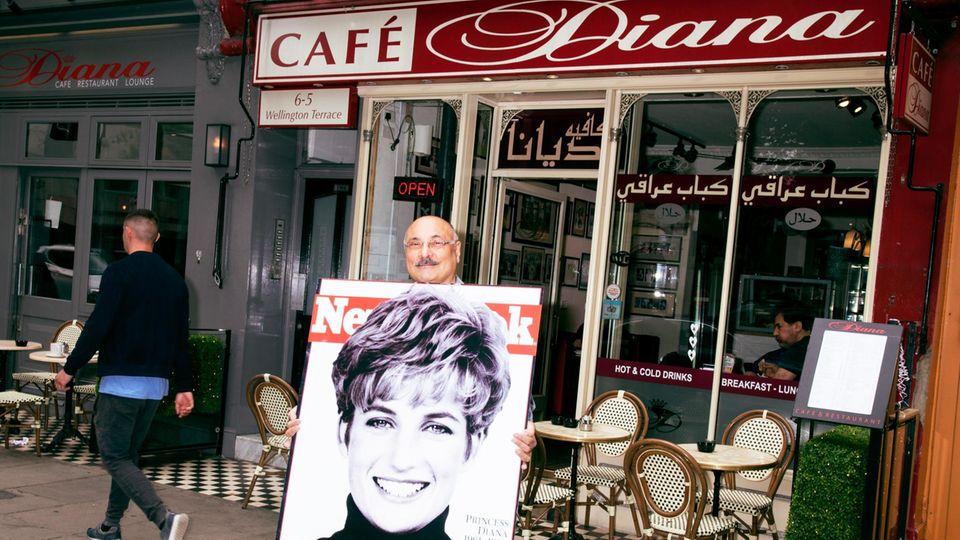 Abdul Daoud mit Poster vor seinem Café