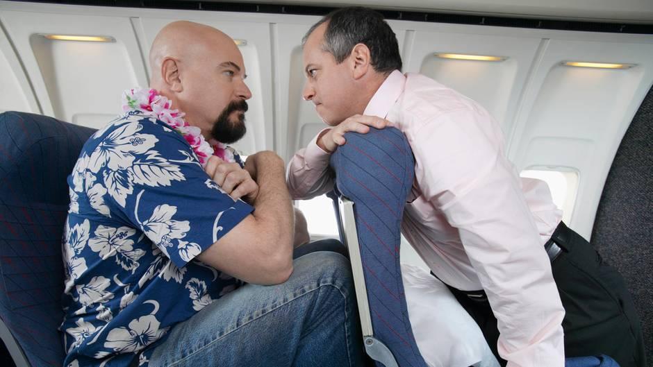 Enge Bestuhlung in der Economy Class erzwingt häufig eine Interaktion mit dem Vordermann.