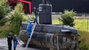 "Fall Kim Wall: Polizisten inspizieren das U-Boot ""Nautilus""."