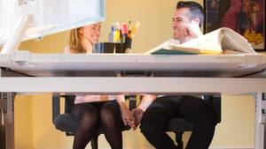 Wie funktioniert das mit der Liebe am Arbeitsplatz und wann ist der richtige Zeitpunkt, um sich zu ihr zu bekennen? (Symbolbild)