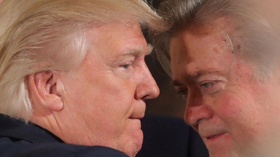 Ein Bild vom Anfang der Präsidentschaft: Donald Trump beim Zwiegespräch mit seinem Berater Bannon im Weißen Haus