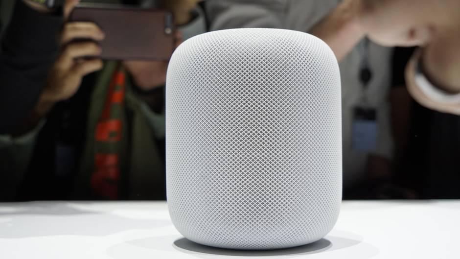 Der Star des Abends ist der neue HomePod. Der smarte Lautsprecher hört dank Assistentin Siri aufs Wort. Im Gegensatz zu anderen Sprachlautsprechern wie Google Home und Amazon Echo soll er dazu noch einen hervorragenden Klang bieten, der sich etwa mit den Geräten der Soundexperten von Sonos messen können soll.