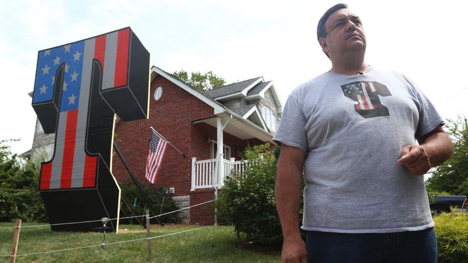 """Sam Pirozzolo würde Trump wieder wählen. Das """"T"""" in seinem Vorgarten erneuerte er, nachdem Unbekannte es abgefackelt hatten"""