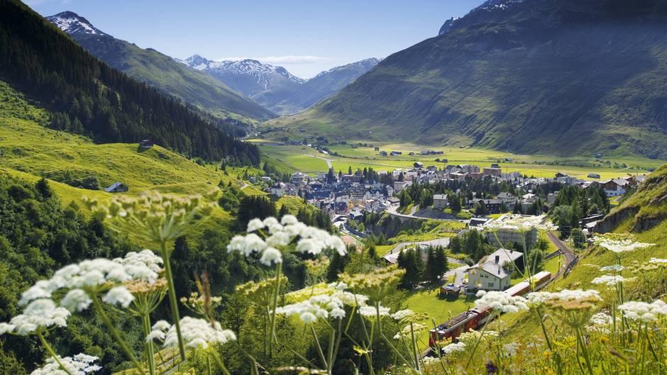 Andermatt im Schweizer Kanton Uri: Das Dorf befindet sich mitten im Umbruch. Aus dem ehemaligen Standort des Militärs wird ein Reiseziel für Sommer- und Winterferien auf hohem Niveau.