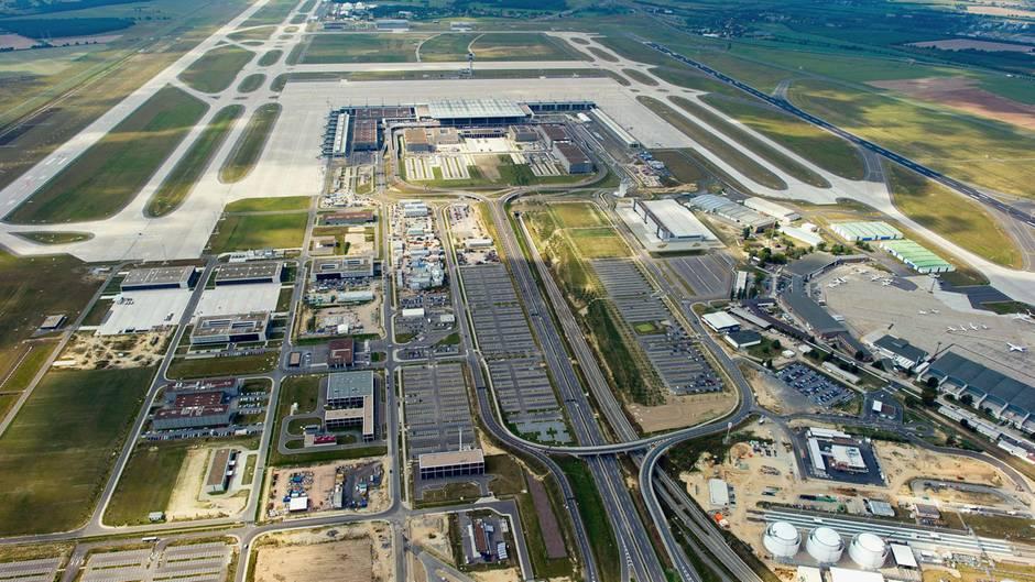 Der neue Hauptstadtflughafen aus der Luft: links die Südpiste und rechts die Nordpiste. In Bildmitte das Vorfeld, auf dem am Dienstagabend viele Jets geparkt wurden.