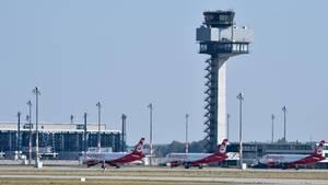 Maschinen von Air Berlin stehen auf dem Vorfeld des Flughafens BER neben dem neuen Kontrollturm der Flugsicherung.