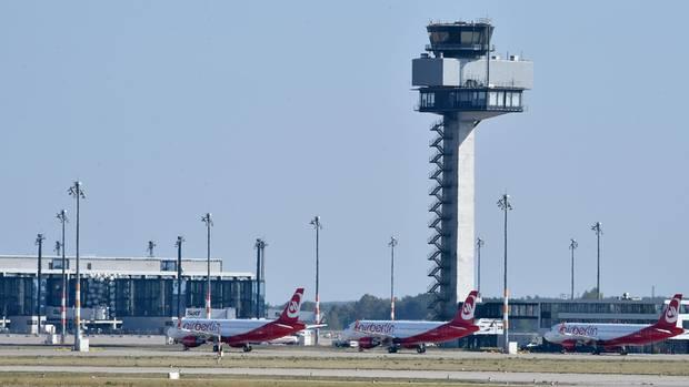 Flugzeuge landen auf geschlossenem BER