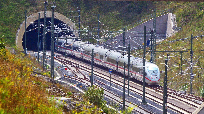 Auf der Neubaustrecke Erfurt-Ebensfeld in Richtung Bayern: Der ICE-Sonderzug passiert den Überholbahnhof Theuern in Thüringen.