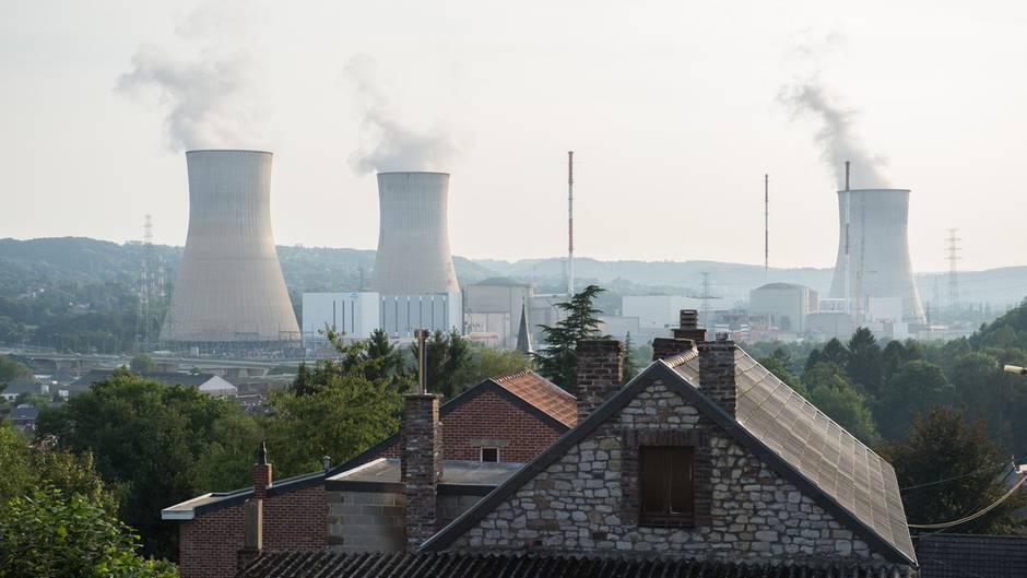 Das Atomkraftwerk Tihange mit seinen drei Türmen, ca 70 Kilometer von Aachen entfernt
