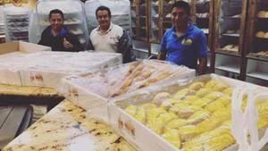 Drei der vier Bäcker, die in der Bäckerei wegen der Wassermassen eingeschlossen waren. Um sich abzulenken, backten sie.
