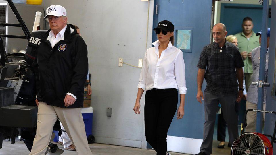 Eine Krise in Khaki: Donald und Melania Trump treffen im Firehouse 5 in Corpus Christi ein