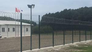 Hinter diesem Zaun beginnen die Bauarbeiten für die künftige Panzerfabrik der türkischen Firma BMC in Karasu östlich von Istanbul. BMC ist über ein Joint Venture mit dem deutschen Rüstungskonzern Rheinmetall verbunden. Indirekt ist auch das Militär von Katar an dem Joint Venture beteiligt. Die Flagge des Emirats hängt in Karasu neben den Fahnen der Türkei und von BMC.