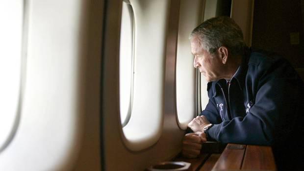 George W. Bush schaut aus seiner Air Force One. Darunter liegt das überflutete New Orleans. Es ist der 31. August 2005.