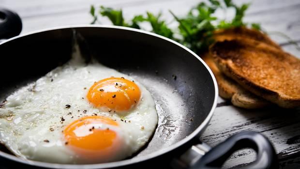 Eier sind voll von Proteinen und anderen Nährstoffen, die besonders gut für den Start in den Tag geeignet sind. Zusätzlich enthalten Eier Omega-3-Fette. Ob Spiegelei, Rührei oder Omelette - die Eier machen den ganzen Tag satt.