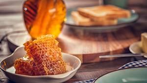 Honig enthält zwar viel natürlichen Zucker, dafür aber auch wichtige Mineralstoffe. Ein Löffelchen zum Frühstück und Sie haben genauso viel Energie als hätten Sie Kaffee getrunken.