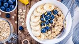 Porridge ist das ideale Frühstück - es ist reich an Ballaststoffen und komplexen Kohlenhydraten. Sie bringen den Stoffwechsel in Schwung und machen den halben Tag satt.
