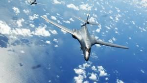 Ein Langstreckenbomber vom Typ B1-B bei einem Übungsmanöver der USA