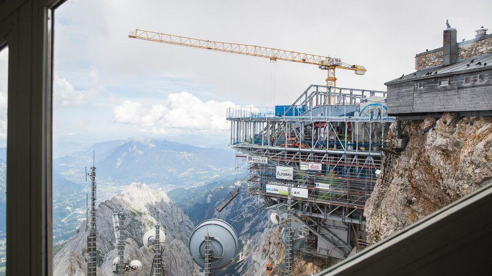 Kraftprotz: Baukran an der Bergstation