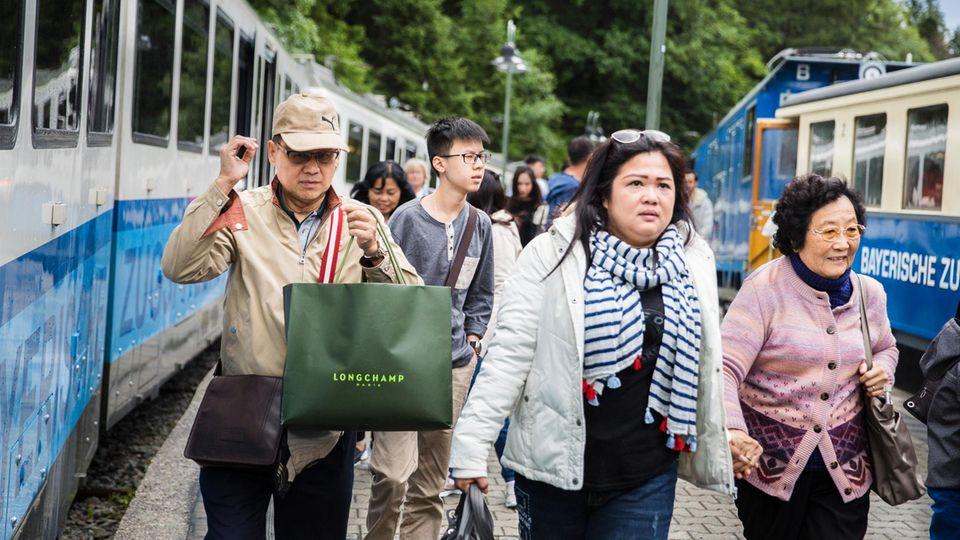 Bahnfans: Bis zur Eröffnung der neuen Gondel müssen Touristen die gemächliche Zahnradbahn nehmen