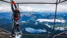 Weltrekord: Die neue Seilbahnstütze ist 127 Meter hoch. Die Arbeiter am Gerüst der Bergstation sind gründlich gesichert