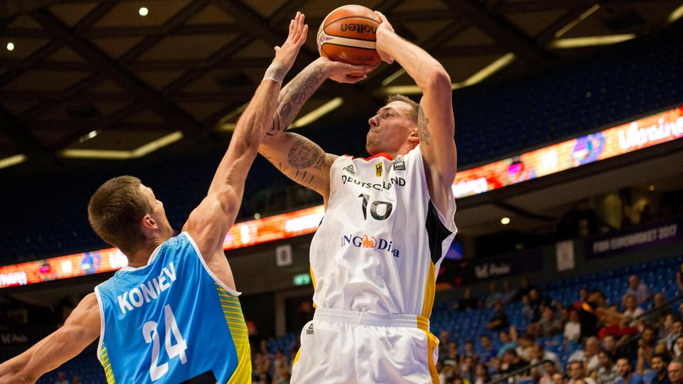 Daniel Theis (r.) zeigte im Spiel des DBB gegen die Ukraine vollen Einsatz gegen Volodymyr Koniev