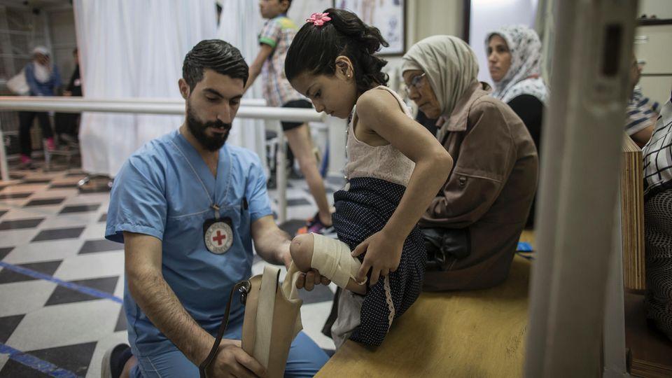 Im Haus des Roten Kreuzes lernt ein Mädchen, mit seiner Prothese zu laufen. Viele Kinder warten noch auf Hilfe