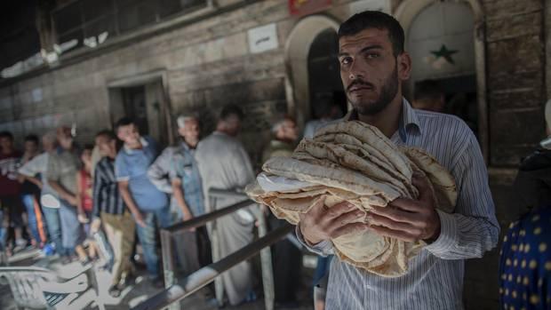 Vor Bäckereien warten die Menschen auf ihr staatlich subventioniertes Brot