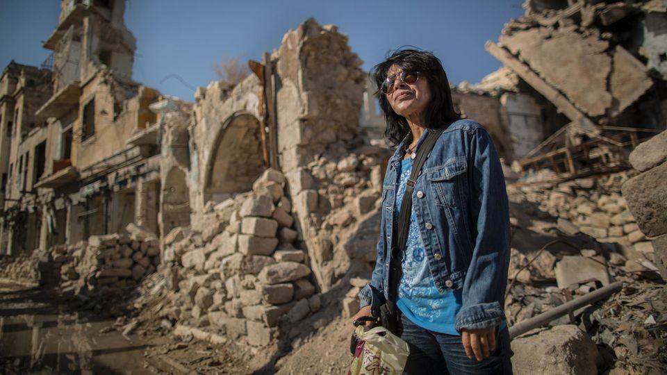 Die Klavierlehrerin Rafif Masri macht Spaziergänge durch die zerstörten Straßen der Stadt