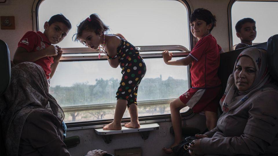 Für die Kinder ist es die erste Zugfahrt ihres Lebens, sie sind im Krieg geboren. Die Reise endet im nächsten Dorf