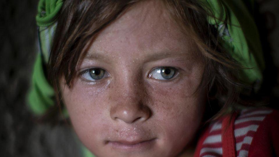 Das Mädchen muss mit seinem Vater und neun Geschwistern vor der Stadt in einem Zelt leben. Ihr Haus ist zerstört, die Mutter tot. Sie heißt Sabah: der Morgen