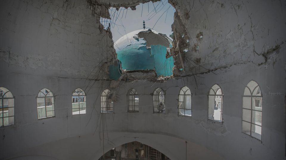 Diese Moschee in der Innenstadt wurde von den Rebellen als Basis benutzt und von Bomben zerstört. Die Menschen beten jetzt im Keller