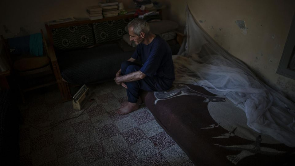 Den ganzen Krieg über ging Professor Abu Sami nicht vor die Tür. Viereinhalb Jahre lang. Hier sitzt er in seinem Schlafzimmer